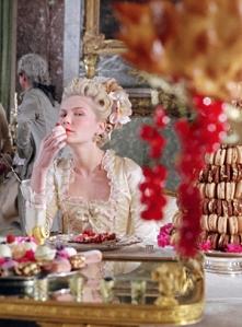 Marie Antoinette ne mangeait pas des macarons Ladurée à double coque comme le suggère joliment le biopic de Sofia Copolla... Elle mangeait des macarons à coque unique et au fort parfum d'amande, que les Dalloyau fournissaient à la Cour