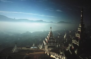 Mogok, la citadelle du Rubis de Birmanie, vue depuis les toits des pagodes