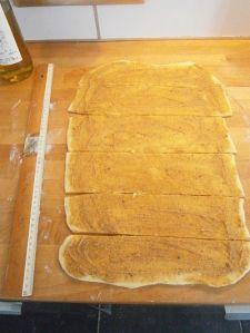 recette-facile-brioche-cannelle-vergeoise-pate-etalee-avec-melange.