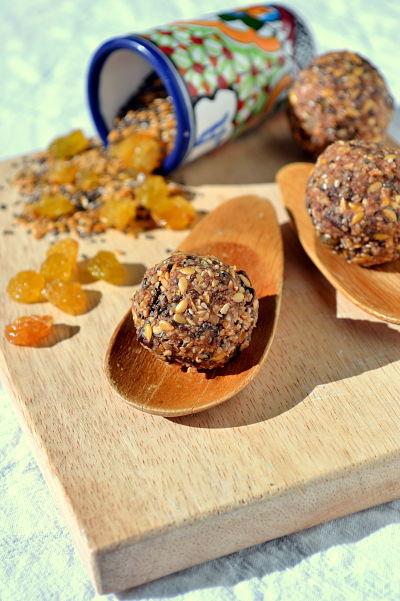 energy balls graines de chanvre de lin de chia et pate de noisette et chocolat