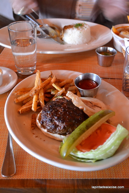 burger avec pain crumpet au harry's cafe and steak nyc